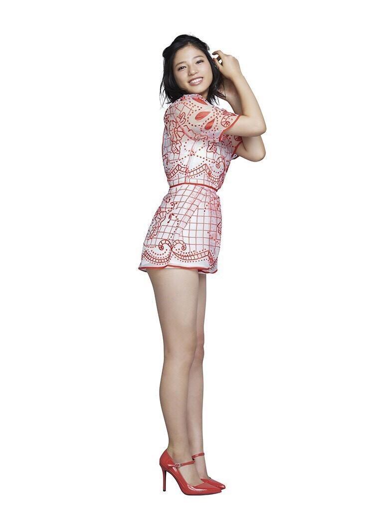 石井杏奈さんのカクテルドレス姿