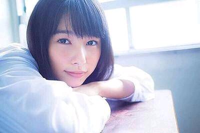 日の射す教室で机に腕を乗せて見つめる桜井日奈子