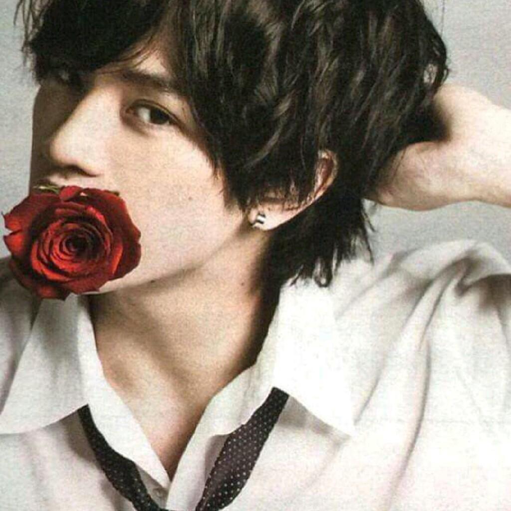 バラをくわえた中島健人