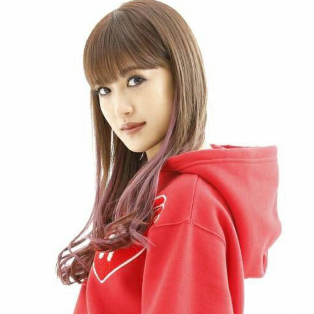 赤のパーカーの藤井夏恋